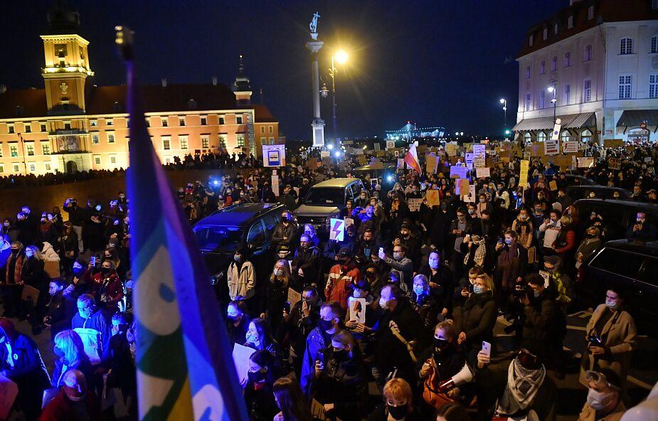 Warszawa: Tysiące ludzi na ulicach; protestujący ws. decyzji TK dot. aborcji ruszyli w stronę centrum