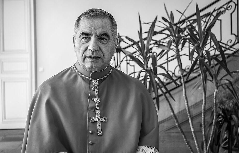 """""""Becciu zdecydował się na walkę i nie sprzeda swojej skóry tanio"""". Kardynał pozywa za zniesławienie"""