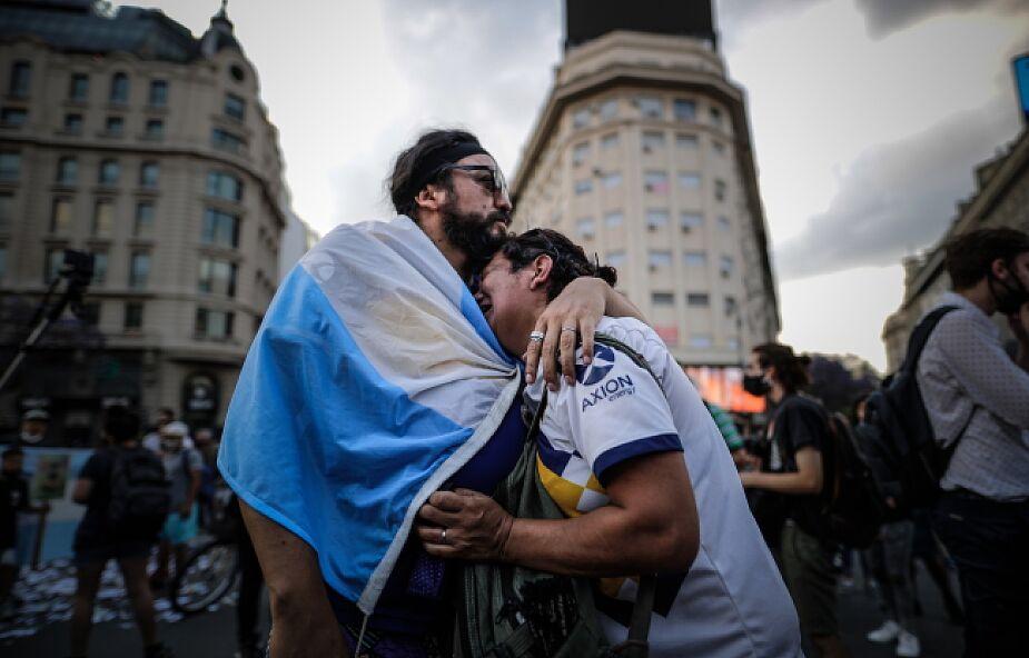 Czuwanie przy trumnie z ciałem Maradony z udziałem dziesiątek tysięcy kibiców