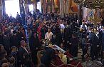 Całowali ręce zmarłego na koronawirusa biskupa. Setki wiernych zakażone