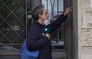 Ten ksiądz rozmawia z wiernymi przez domofon podczas lockdownu