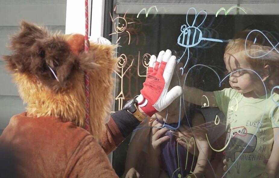 Wspinacze przebrali się za zwierzaki i przez okna bawili się z dziećmi chorymi na raka