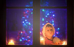 """""""Wyłączyć telewizor"""", """"mówić miłe słowa"""", """"zamiast krzyczeć, przytulić"""". Jakich świąt potrzebują dzieci?"""