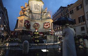 Papież dotrzymał tradycji i sam nieoczekiwanie pojechał na Plac Hiszpański w Rzymie