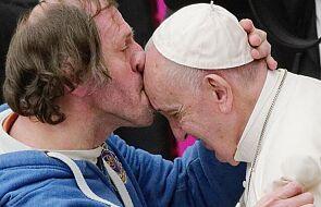 Niecodzienna sytuacja podczas audiencji. Wierny pocałował papieża Franciszka w czoło