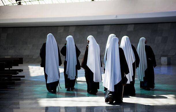 Czy zakonnice to służące księży? Nie, ale czasem są tak traktowane