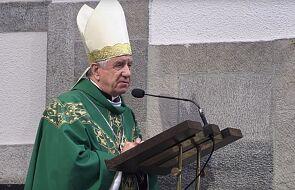 Abp Andrzej Dzięga zachęcił do przyjmowania komunii do ust i korzystania z wody święconej. Ostre reakcje publicystów
