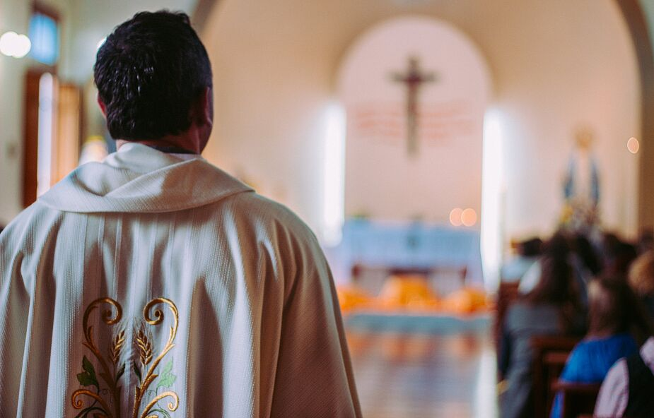 Odprawił mszę mimo epidemii koronawirusa. Grożą mu zarzuty
