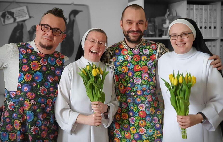 Łobuzy odwiedziły siostry dominikanki w Broniszewicach. Przynieśli kwiaty i założyli fartuchy
