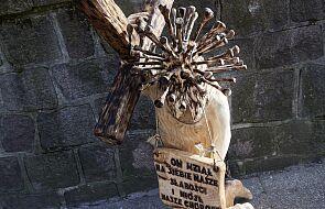 Przy kościele w Sopocie stanęła nietypowa figura Jezusa. Na głowie ma koronę... z koronawirusa