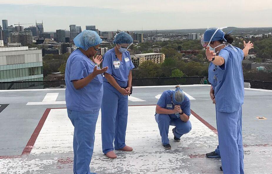 Pielęgniarki z USA modlą się na dachu szpitala za personel i pacjentów