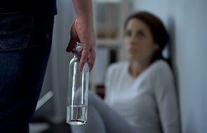 """""""To nie jest tak, że lubi się być żoną alkoholika"""". O współuzależnieniu nie tylko w czasie kwarantanny"""