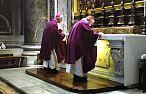 Kard. Krajewski wspomina moment śmierci św. Jana Pawła II: ok. 21.00 klęczeliśmy wokół łóżka, był półmrok