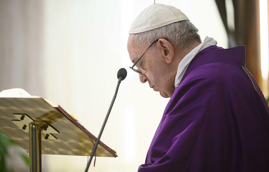 """Papież modlił się za bezdomnych. """"Te dni uwydatniają wiele problemów ukrytych"""""""