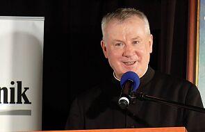 Pomimo upomnień, ks. Guz uparcie twierdzi, że dłonie kapłana nie zarażają