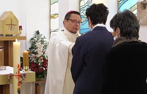 Abp Ryś udziela bierzmowania w swojej kaplicy. Jednej osobie dziennie