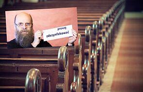 """Genialny pomysł ks. Strzelczyka dla zachowania bezpieczeństwa wiernych w kościele. """"Zostawcie w ławce taką kartkę"""""""