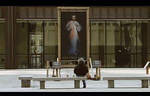 Zobacz to wzruszające spotkanie z Jezusem Miłosiernym w centrum miasta [WIDEO]