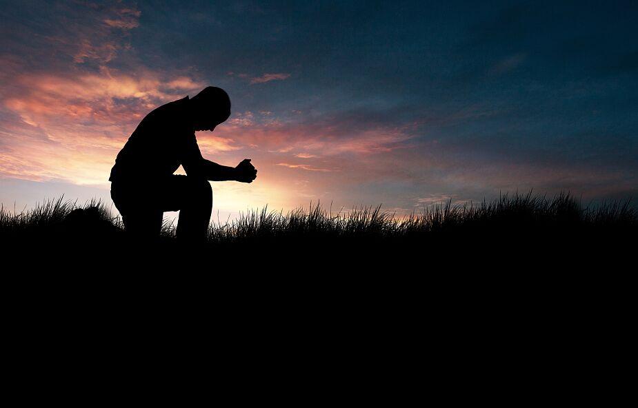 Czujesz, że Bóg jest daleki od twojego życia? Ta modlitwa może to radykalnie zmienić