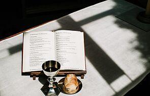 Ksiądz poprosił, by utworzyć osobne kolejki: pośrodku Komunia miała być udzielona na rękę, po bokach do ust