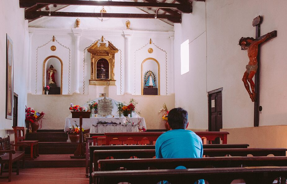 Włochy: miejsce w kościele na mszy można zarezerwować przez aplikację