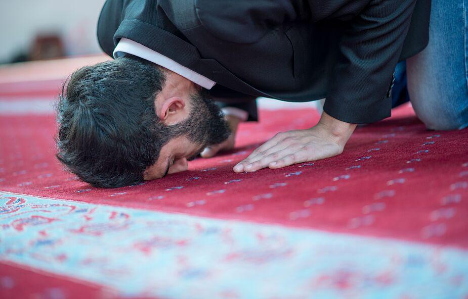 Eksperci ostrzegają przed tajnymi muzułmańskimi salami modlitw