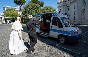 Watykan: papież Franciszek oddał do dyspozycji bezdomnych karetkę pogotowia