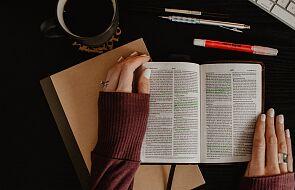 """Spór wokół """"Biblii dla kobiet""""? Katoliczki nareszcie siękłócą"""