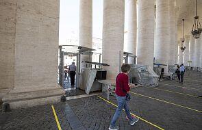 Watykan: uśmiechnięty Jan Paweł II wita ubogich
