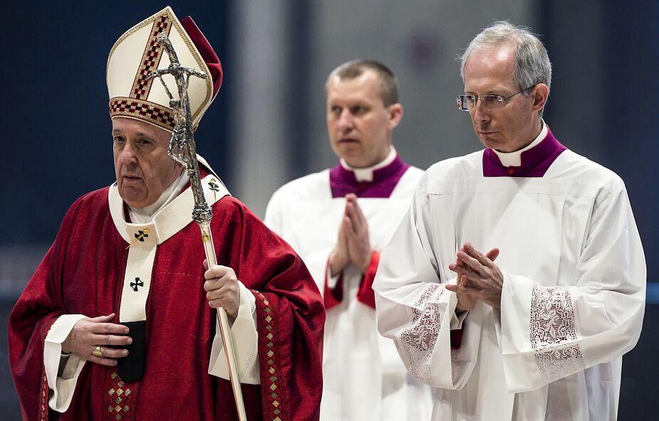 Watykan: papież Franciszek poświęcił 55 paliuszy