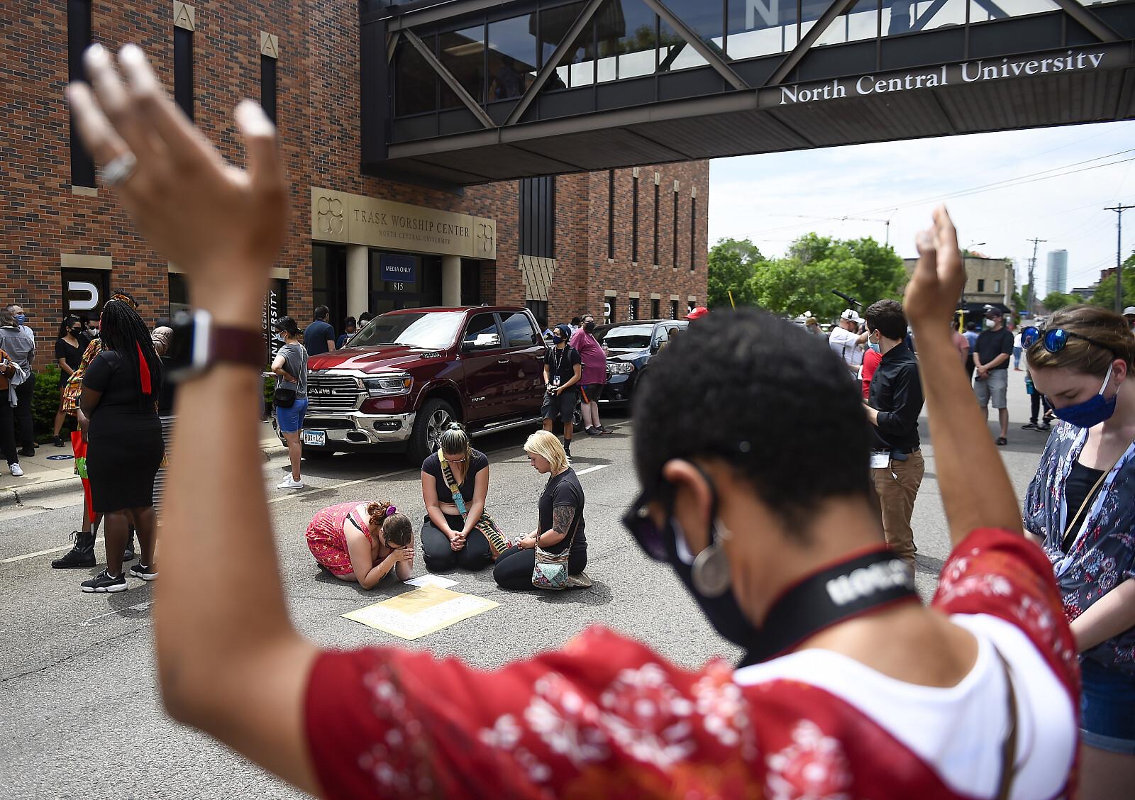 Tłumy modlące się i pokojowo protesujące przeciwko przemocy podczas pogrzebu George'a Floyda (fot. PAP/EPA/CRAIG LASSIG)