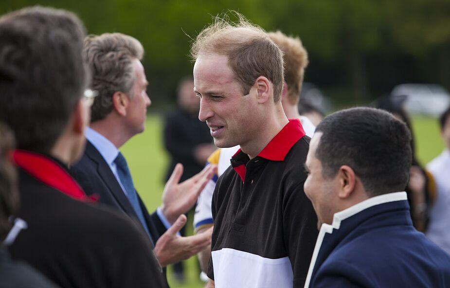 W. Brytania: książę William w czasie epidemii pracował jako wolontariusz na infolinii