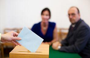 Członkini komisji wyborczej próbowała schować karty do głosownia