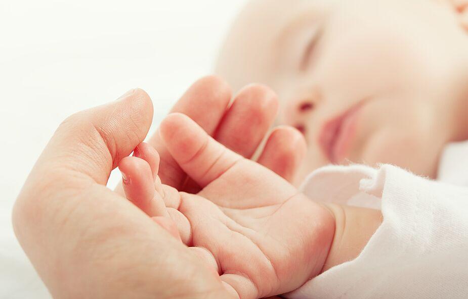Dziecko zaraziło się koronawirusem w łonie matki. Lekarze monitorują jego stan