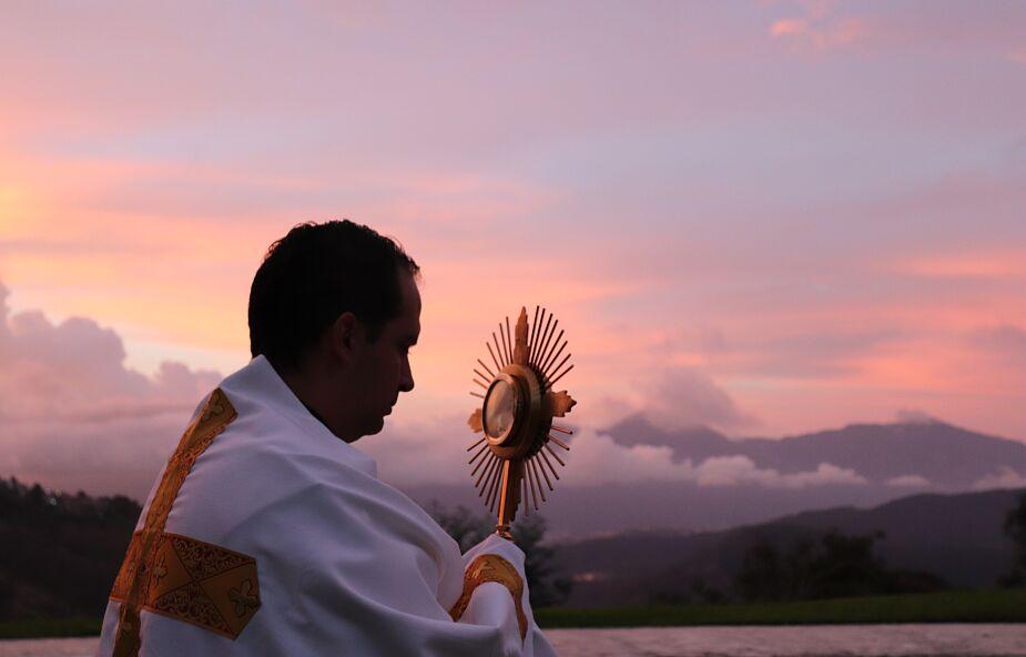 Jestem żoną katolickiego księdza. Nasz syn jest ministrantem w jego parafii