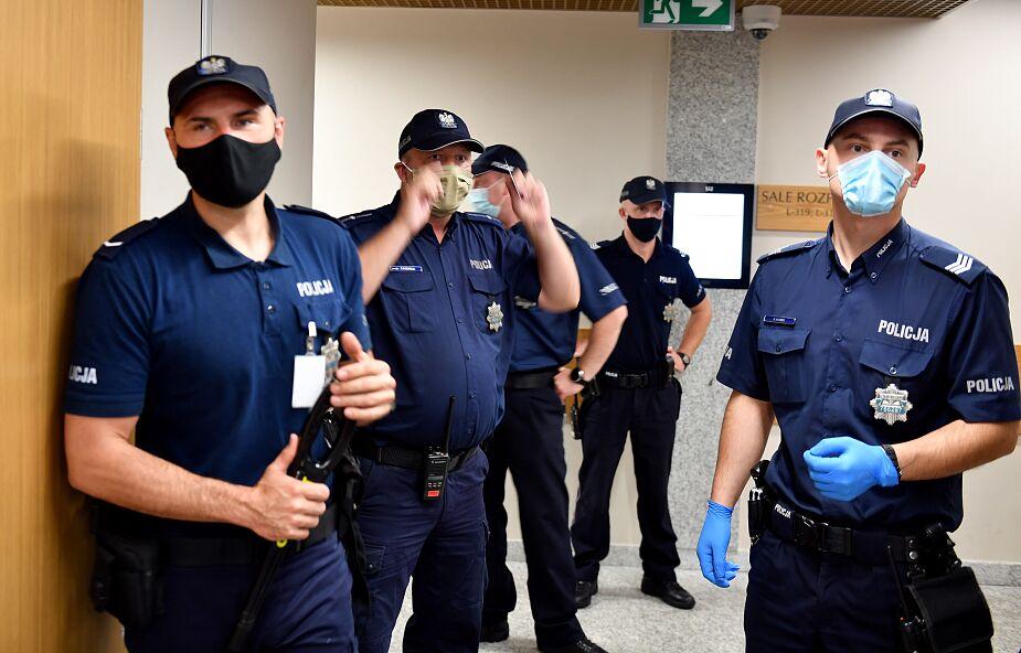 Płock: dwóch policjantów zakażonych koronawirusem, 23 w izolacji przejdzie badania