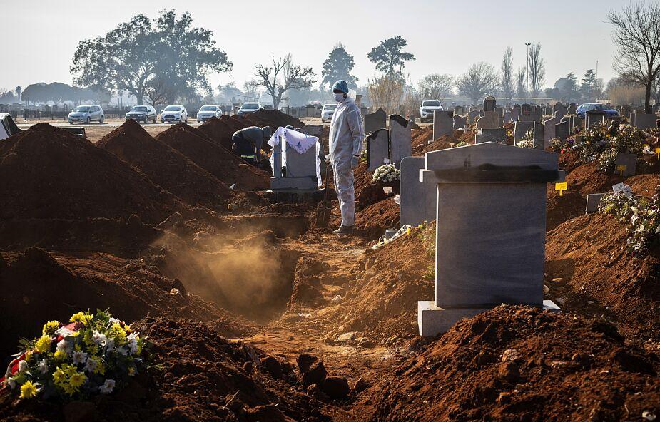 Wolontariusze w Indiach dbają o godne pogrzeby ofiar pandemii