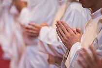 Zakażony koronawirusem ksiądz posługiwał w czterech kościołach. Kuria wydała oświadczenie