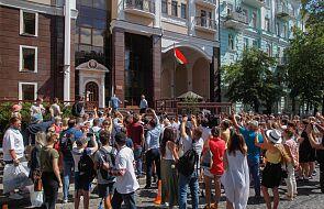 Wybory na Białorusi: frekwencja przekroczyła 50 proc.; zatrzymania w sztabie Cichanouskiej
