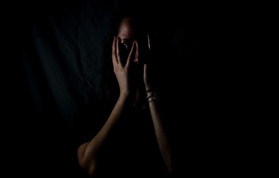 """""""Jadłam, spałam i wychowywałam dzieci z gwałcicielem"""". Przemoc seksualna w małżeństwie to dramat wielu Polek"""