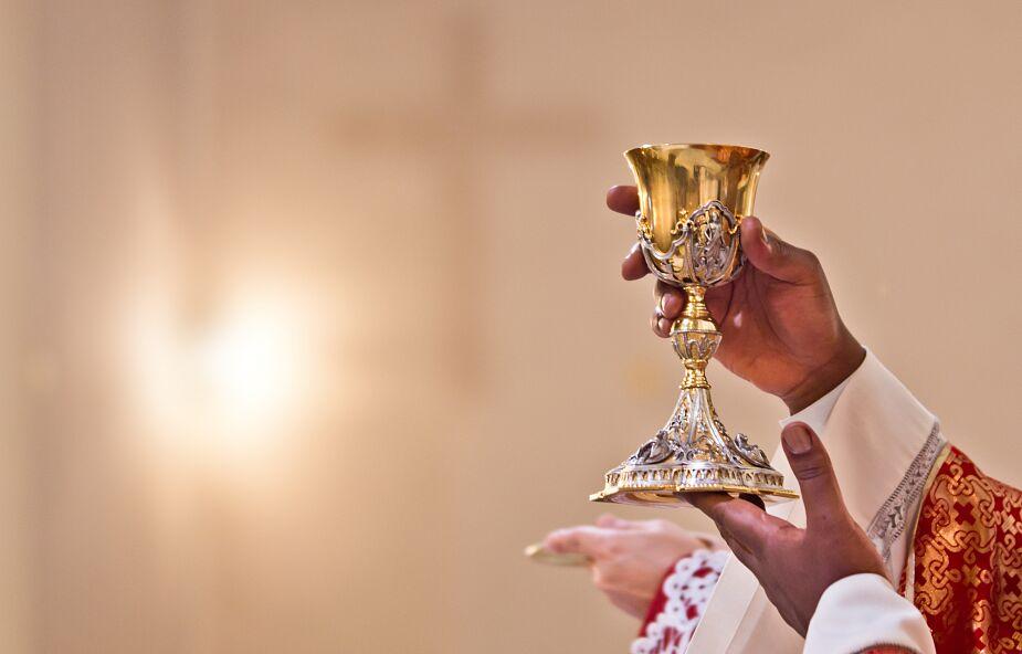 Włoski episkopat zmienia słowa konsekracji w mszale