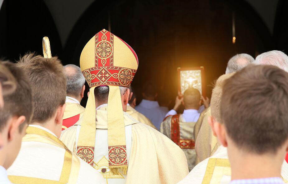Biskup zrezygnował, będzie wiódł życie mnicha