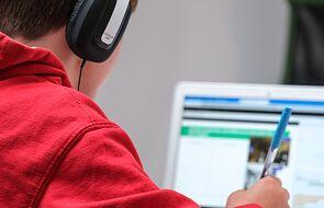 Uczeń brał udział w lekcjach używając telefonu. Dzięki policjantowi dostał komputer