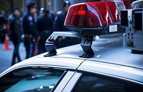 Uzbrojeni zwolennicy Donalda Trumpa przed budynkiem Kapitolu w Atlancie