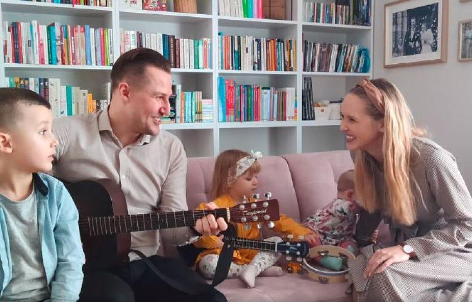 """Monika i Marcin Gomułkowie razem z dziećmi zaśpiewali kolędę. """"Dajecie tyle radości"""""""