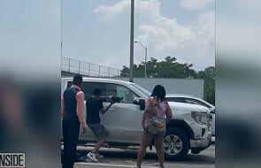 Dobrzy Samarytanie włamali się do ciężarówki pozostawionej na drodze