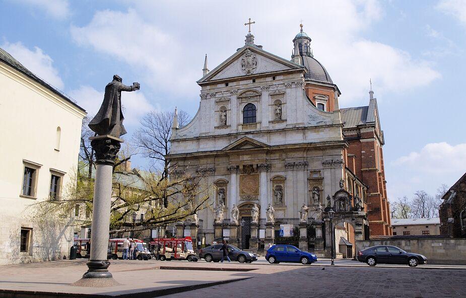 Pomnik ks. Piotra Skargi znika z krakowskiego placu Marii Magdaleny