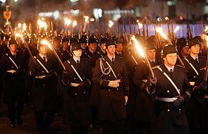 Niemcy. Bundeswehra maszerowała z pochodniami przed Reichstagiem. W siecie pojawiły się skojarzenia historyczne