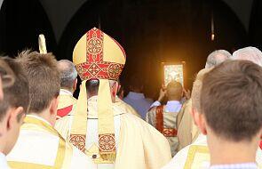 Arcybiskup odmawia uczestniczenia w synodzie. Na stronie internetowej podaje powód
