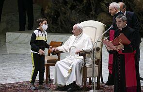 Dziecko usiadło obok papieża podczas audiencji